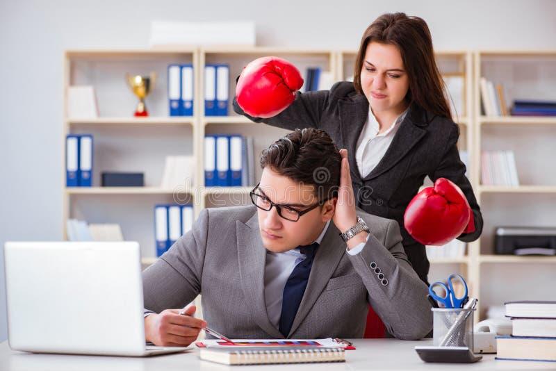 Kontorskonflikten mellan mannen och kvinnan arkivbild