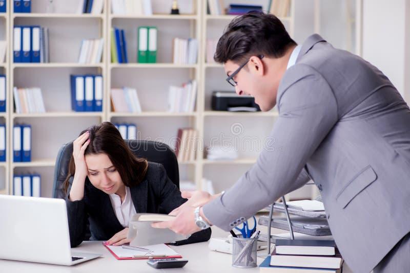 Kontorskonflikten mellan mannen och kvinnan fotografering för bildbyråer