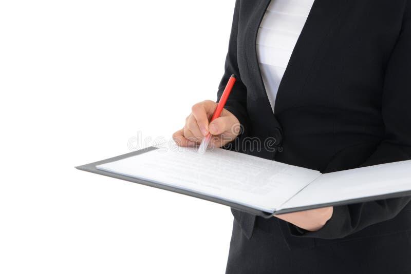 Kontorskvinna som rymmer en rapport isolerad på vit bakgrund arkivfoto