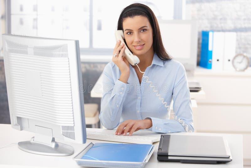 kontorskvinnaworking arkivfoton