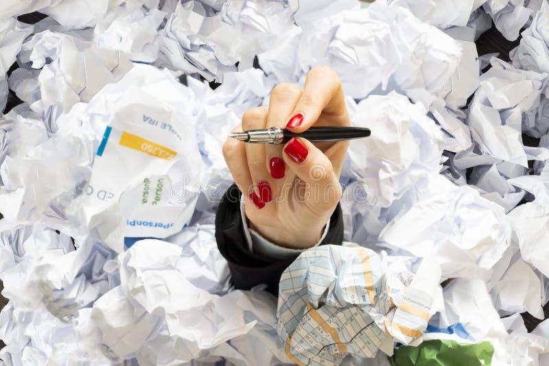 Kontorsliv eller jobbspänning i en hård dag med affärskvinnahanden som täckas med dokument som ska undertecknas arkivfoto