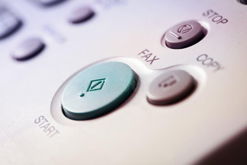 Kontorsliv, fax, kopierar bearbetar med maskin, startknappslutet upp arkivfoton