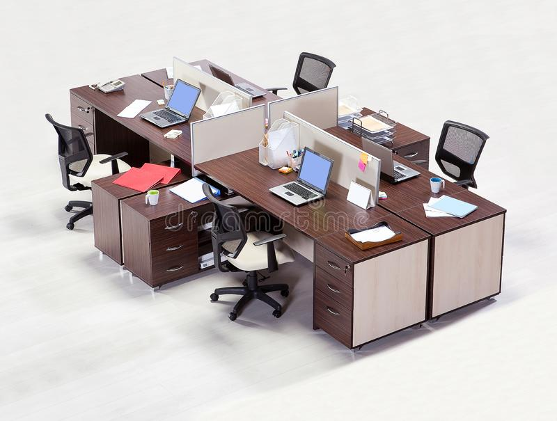Kontorsmöblemang på en vit bakgrund arkivbild