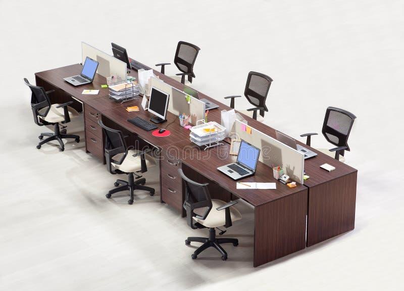Kontorsmöblemang på en vit bakgrund arkivfoto
