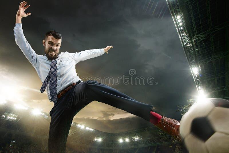 Kontorsman som en fotboll eller fotbollsspelare på stadion royaltyfria bilder