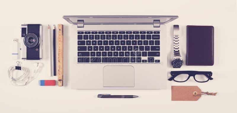 Kontorsskrivbord för bästa sikt med bärbara datorn royaltyfri fotografi