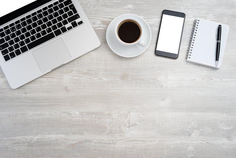 Kontorsskrivbord med bärbara datorn royaltyfri foto