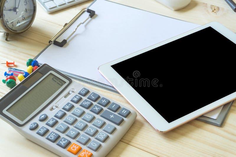 Kontorsskrivbord med kopieringsutrymme Digital apparater trådlöst tangentbord och mus på kontorstabellen med anteckningsboken, ka royaltyfri fotografi