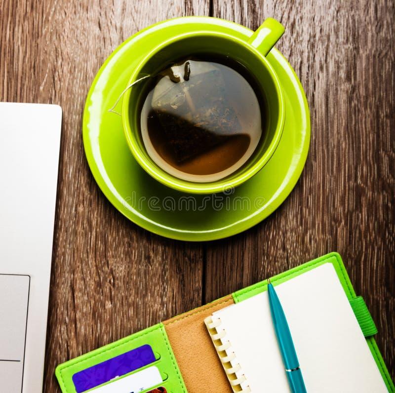 Kontorsskrivbord med stadsplaneraren, kopp te fotografering för bildbyråer