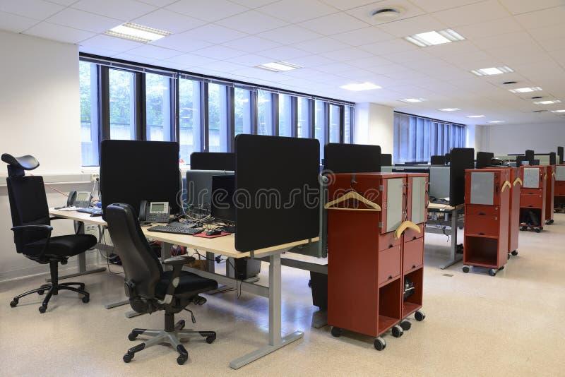 Kontorsskrivbord och stolar royaltyfri fotografi