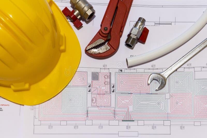 Kontorsskrivbordet med hydrauliska monteringar, hjälmen och strålningsgolvet planlägger royaltyfri fotografi