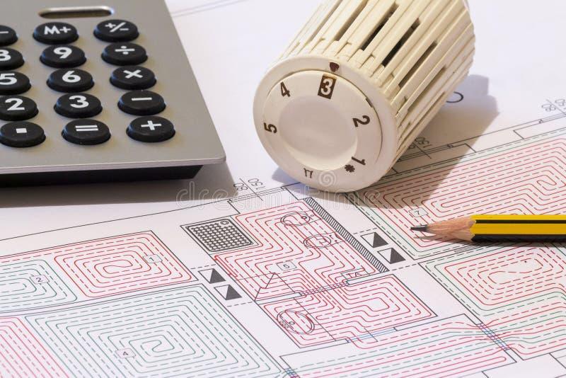 Kontorsskrivbordet med hydrauliska monteringar, hjälmen och strålningsgolvet planlägger royaltyfri foto