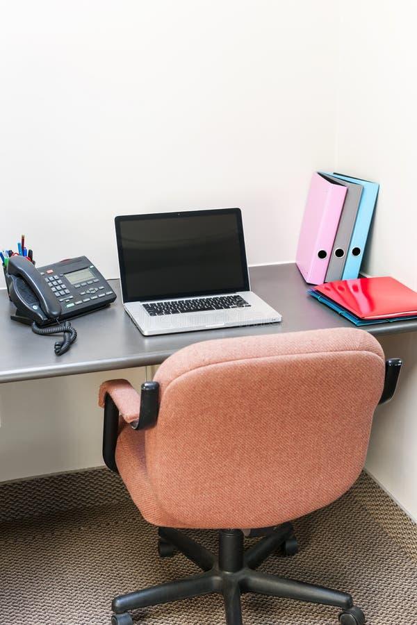 Kontorssovalkov med bärbar datordatoren royaltyfria foton