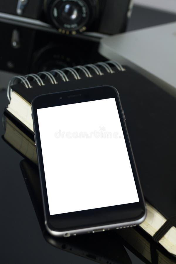 Kontorstabell med bärbara datorn, telefonen och tillförsel royaltyfri foto