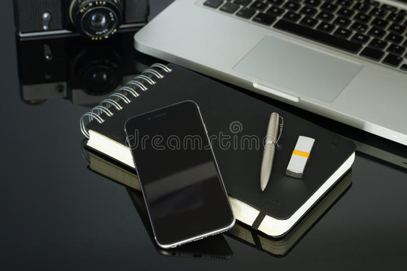 Kontorstabell med bärbara datorn, telefonen och tillförsel arkivfoton