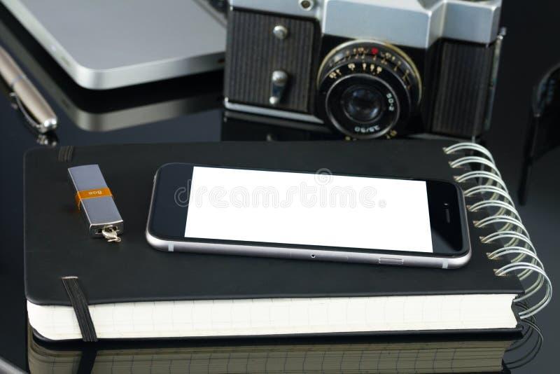 Kontorstabell med bärbara datorn, telefonen och tillförsel fotografering för bildbyråer