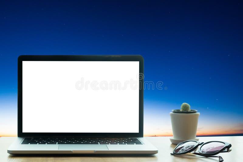 Kontorstabell med datoren för tom skärm för bärbar datordator arkivfoton