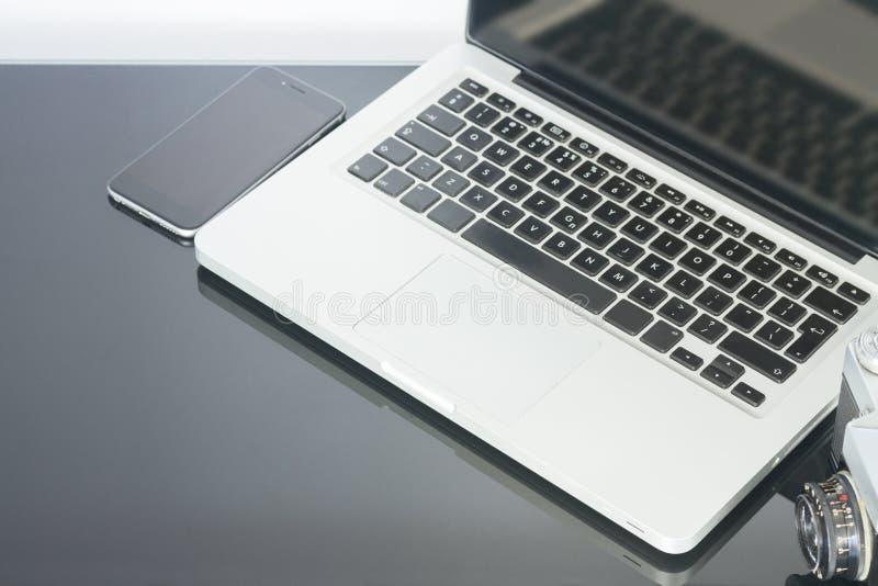 Kontorstabell med datoren, telefonen och tillförsel arkivbild