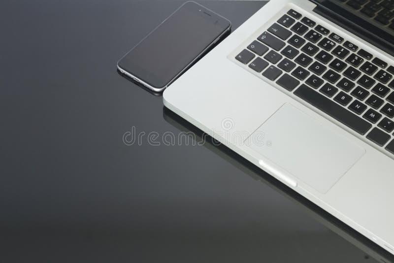 Kontorstabell med datoren, telefonen och tillförsel royaltyfri fotografi