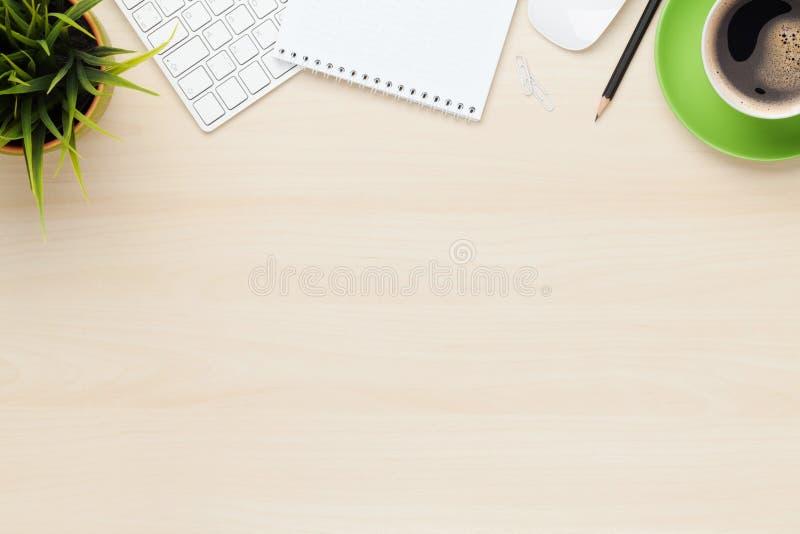 Kontorstabell med den notepad-, dator- och kaffekoppen arkivfoto