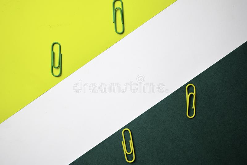 Kontorstabell med gemmen på färgbakgrund fotografering för bildbyråer