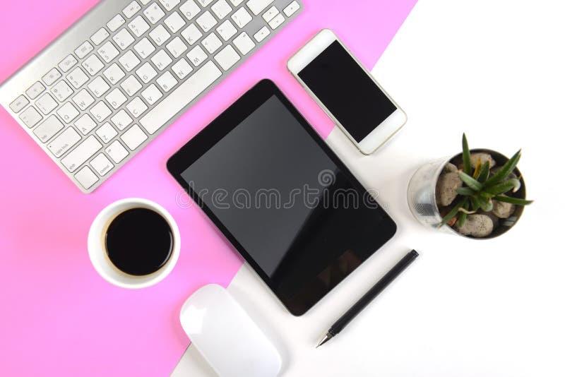 Kontorstabellen med tangentbordet, musen, anteckningsboken, den digitala minnestavlan och smartphonen på moderna två tonar vit oc royaltyfria bilder