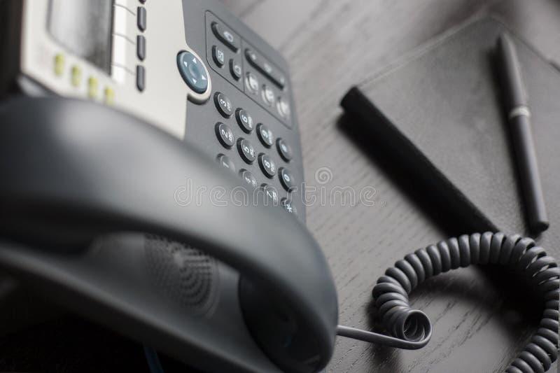 Kontorstelefon på skrivbordet arkivfoton