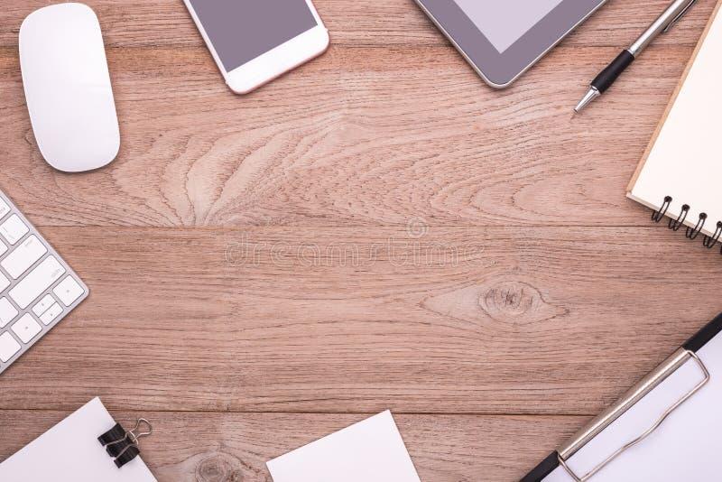 Kontorsutrustning, musen, tangentbordet, smartphonen, minnestavla, skyler över brister inte royaltyfria foton