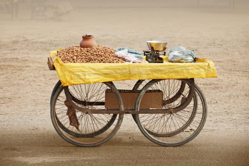 Kontra för att sälja grillade jordnötter. Indien. royaltyfri bild