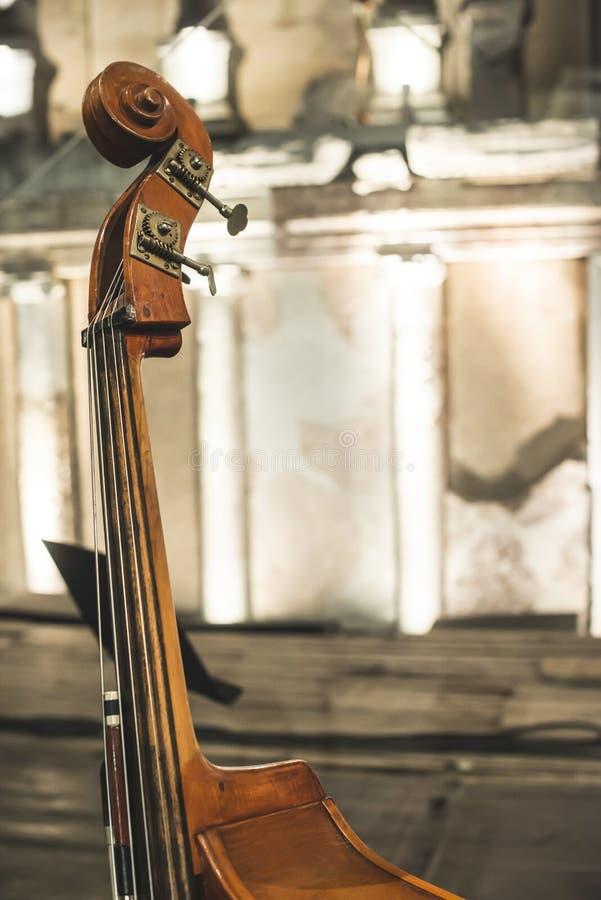 Kontrabas na klasycznym koncercie zdjęcie royalty free