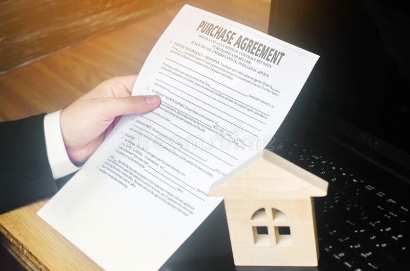 Kontrakt dla zakupu dom Agent nieruchomości trzyma klucze domowy model i dolary Majątkowa inwestycja kupować, obrazy royalty free