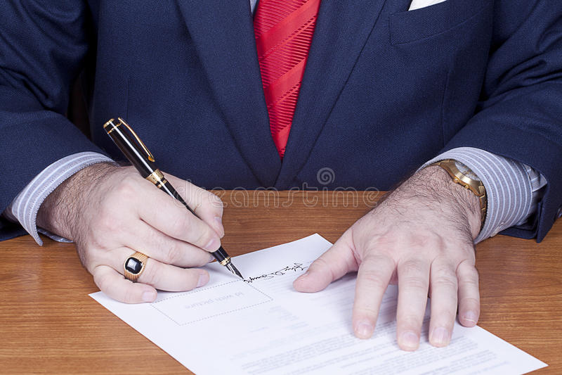 kontraktacyjny biznesmena podpisywanie obraz royalty free