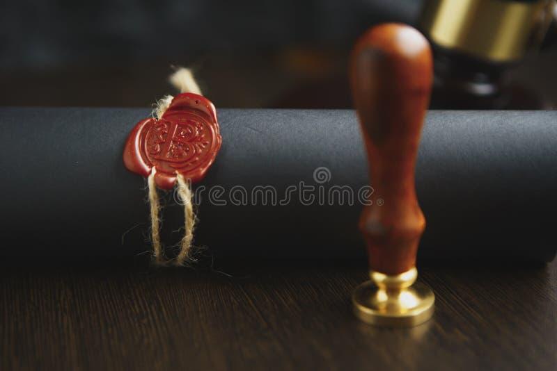 Kontraktacyjny czekanie dla notariusza społeczeństwa znaka na biurku Notariusza społeczeństwa akcesoria fotografia royalty free