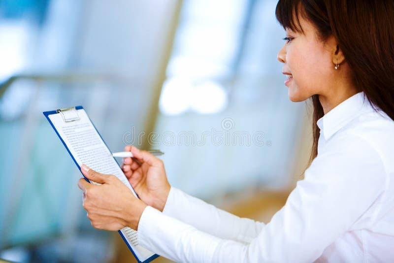 Download Kontraktacyjny czytanie obraz stock. Obraz złożonej z szachrajka - 13337987