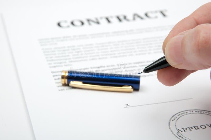 kontraktskrivning royaltyfri foto