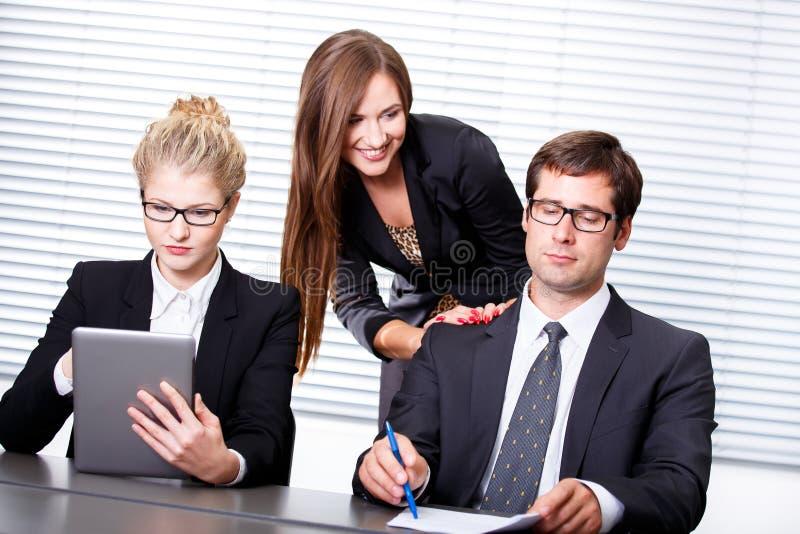 Kontraktskrivning i affärsmöte arkivbild