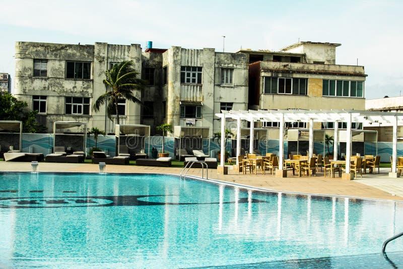 Kontrast av hotellet för 5 stjärnor till havana hus, semesterort med pölen och terrass arkivbilder
