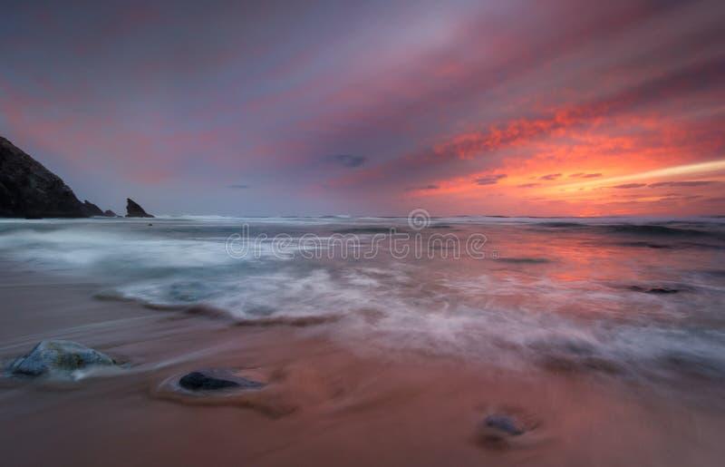 Kontrast eines stürmischen Sonnenuntergangs lizenzfreie stockfotos