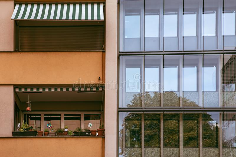 Kontrast mellan gamla och nya stilbyggnader i Genève, Schweiz arkivfoto