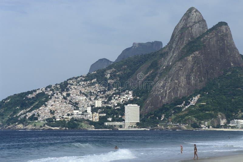 Kontrast mellan rikedom och armod: Ipanema strand och favela, royaltyfria bilder