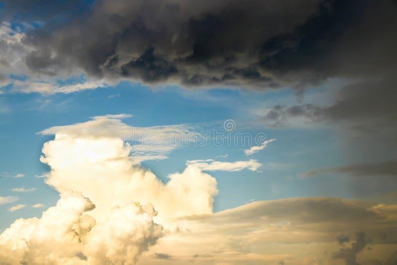 Kontrast puszyste jaskrawe i ciemne dżdżyste chmury pokazuje pogodowe zmiany zdjęcia royalty free