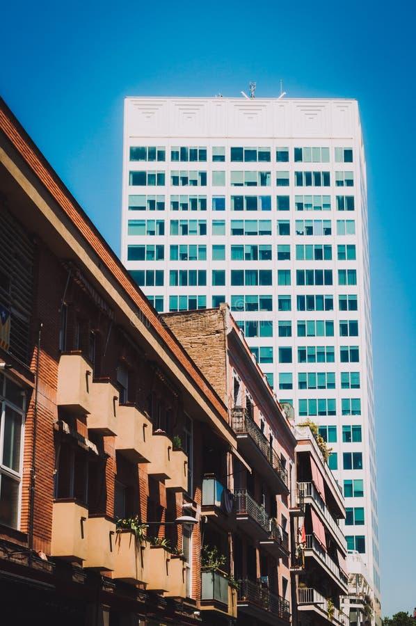 Kontrast zwischen alten Häusern und neuen Gebäuden in den Straßen von Barcelona, Spanien lizenzfreies stockfoto