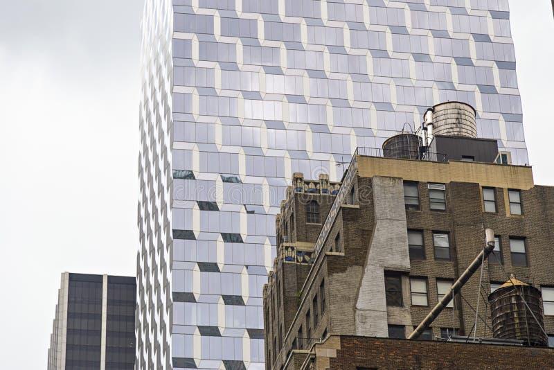 Kontrastera mellan gamla och moderna byggnader i New York City, USA fotografering för bildbyråer