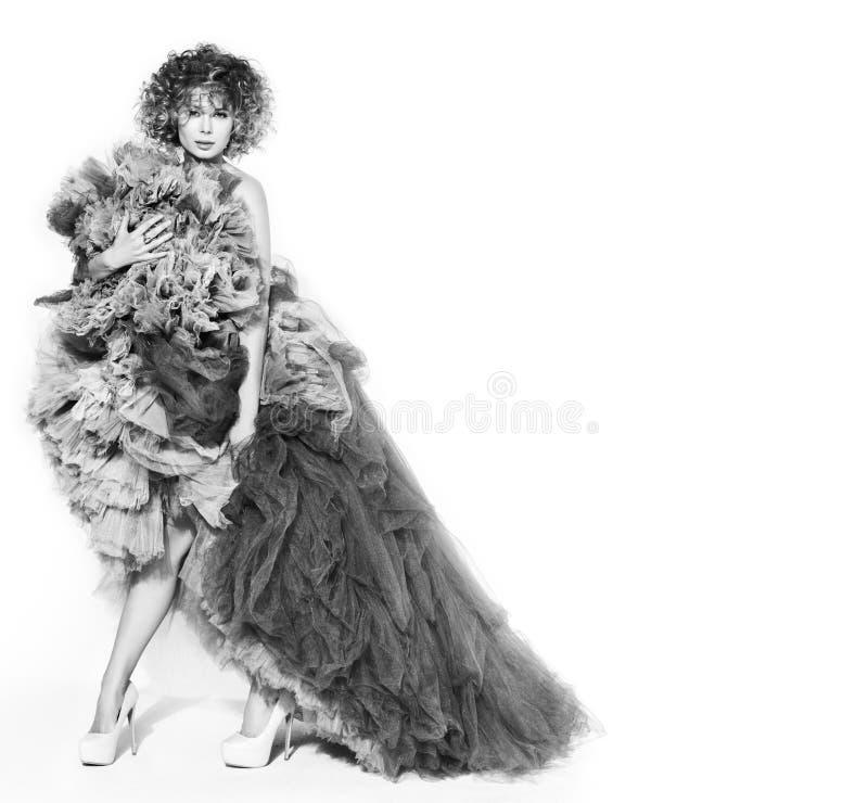 Kontrastieren Sie Schwarzweiss-Bild der jungen Schönheit im grauen Kleid stockfotografie