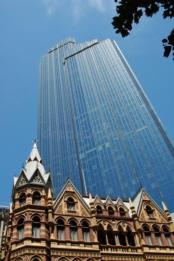 Kontrastierende Gebäude lizenzfreie stockfotografie