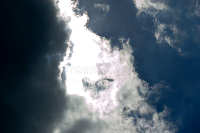 Kontrastierender Himmel lizenzfreie stockbilder