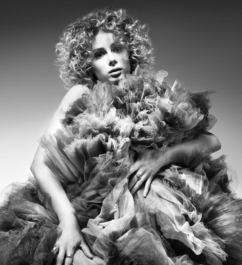 Kontrastierendes Schwarzweiss-Modeporträt der schönen jungen Frau in einem üppigen Kleid lizenzfreie stockfotografie