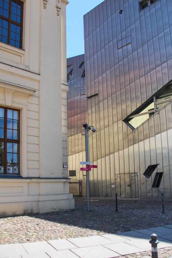 Kontrastujący budynek zdjęcia stock