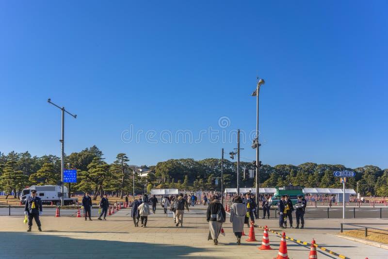 Kontrola bezpieczeństwa policji w związku z pojawieniem się w Nowym Roku Ich Królewskich Mości cesarza i cesarza Japonii zdjęcie royalty free