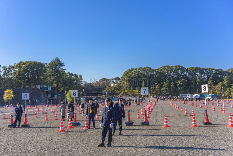 Kontrola bezpieczeństwa policji w związku z pojawieniem się w Nowym Roku Ich Królewskich Mości cesarza i cesarza Japonii zdjęcie stock